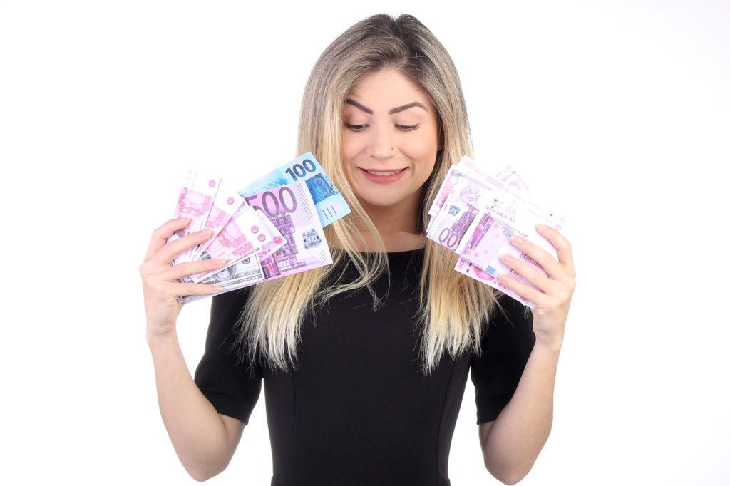 Donna felice con banconote da 500 euro