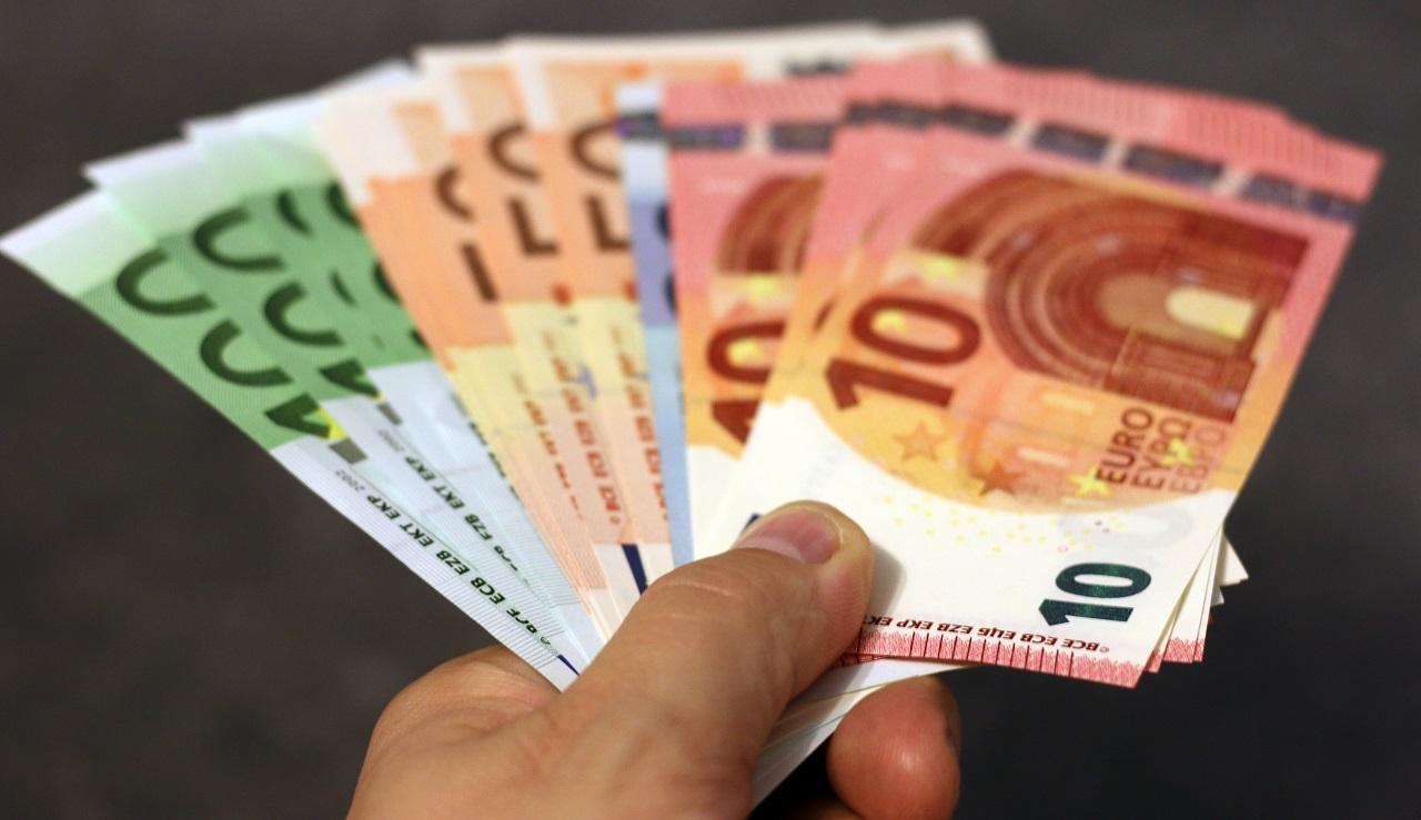 Banconote euro in mano