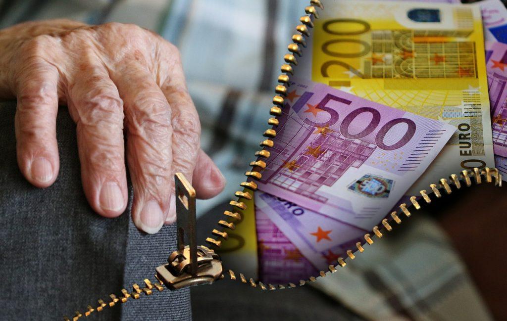 Mano anziano - banconote Euro