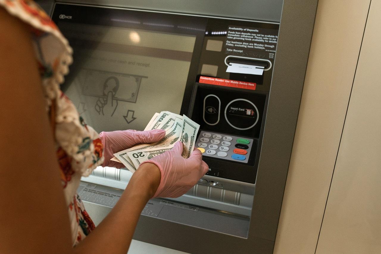 Prelievo denaro contante dallo sportello automatico