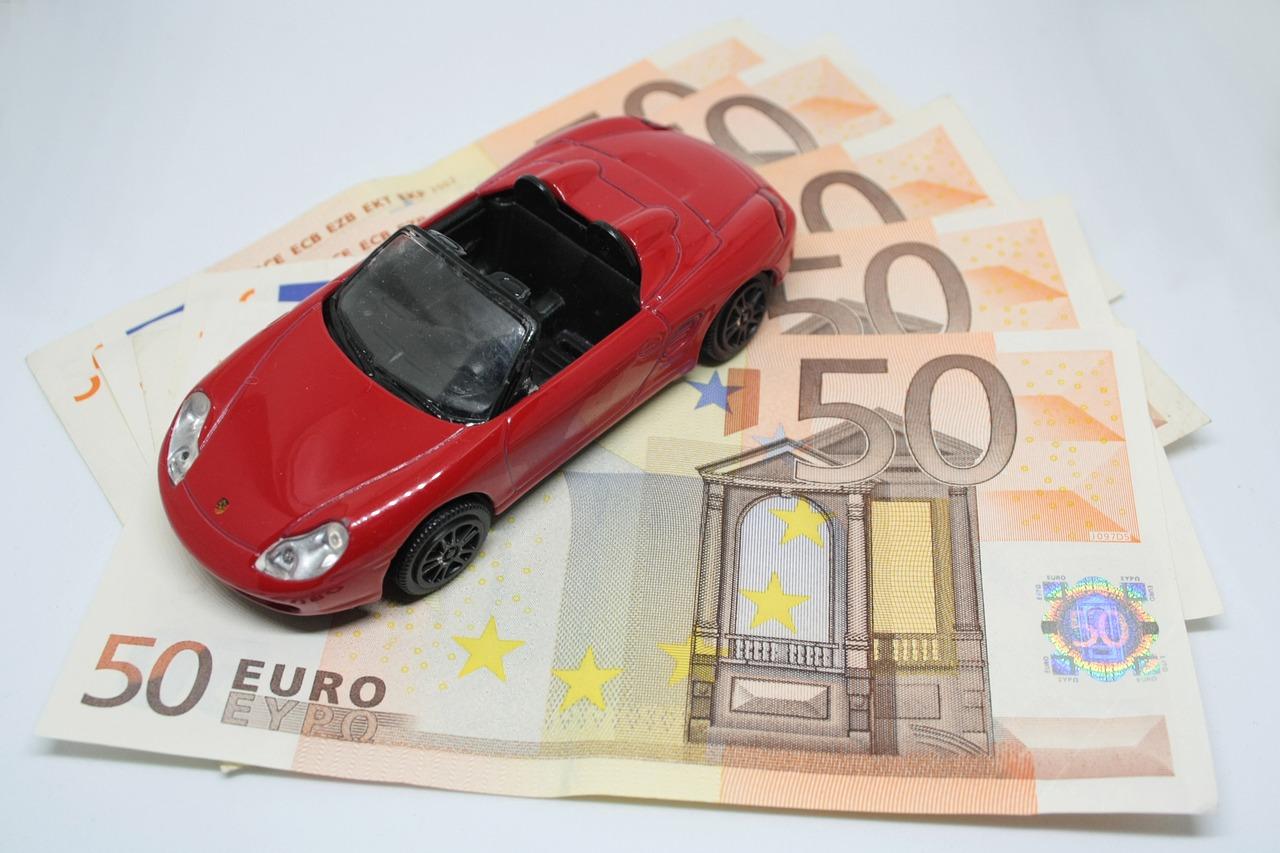 Modellino Ferrari su banconote da 50 euro