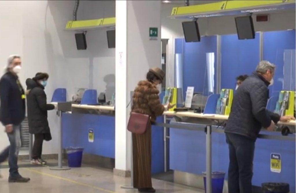 Pensionati che ritirano la pensione presso Poste Italiane