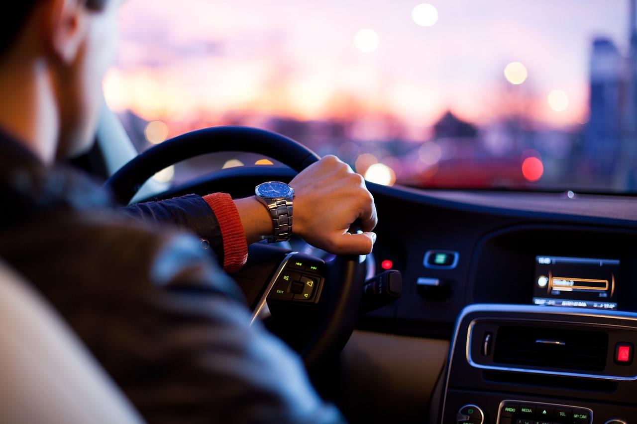 Uomo che guida un'auto