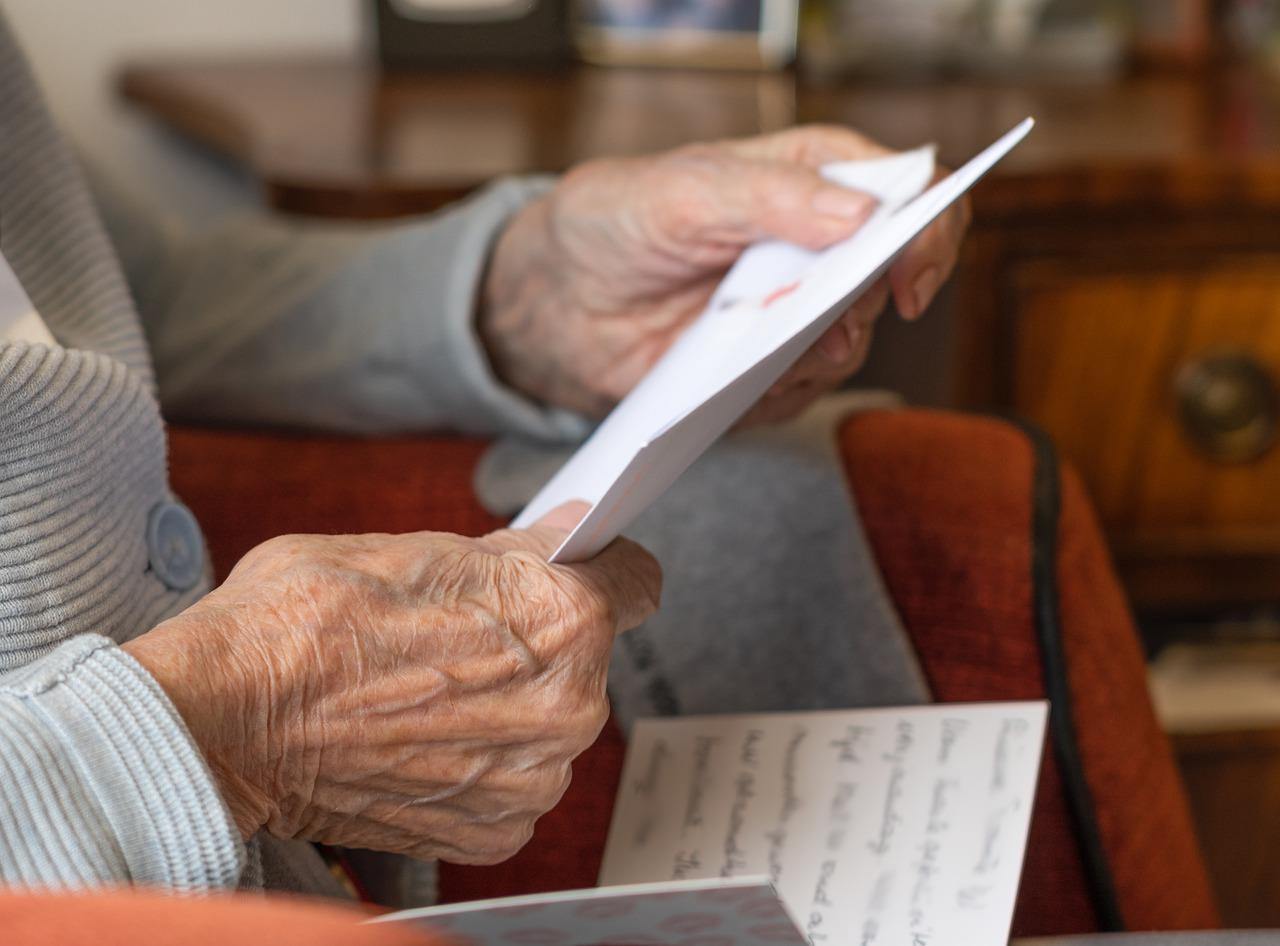 persona anziana che legge una lettera