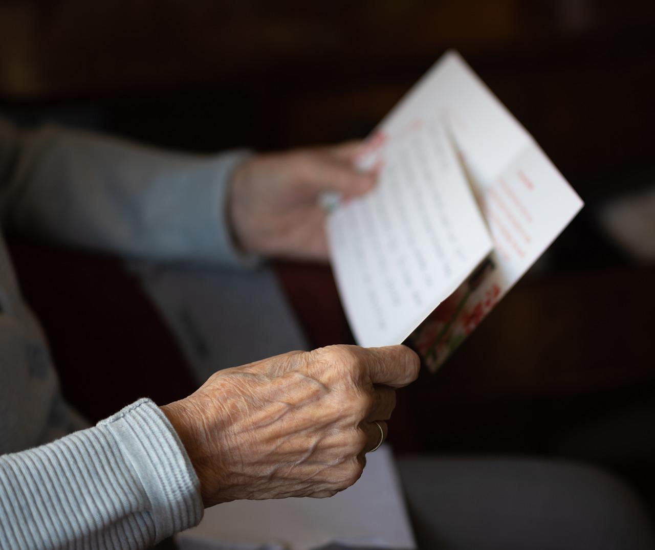 Anziano che legge la lettera