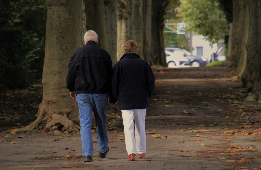 Pensionati che passeggiano